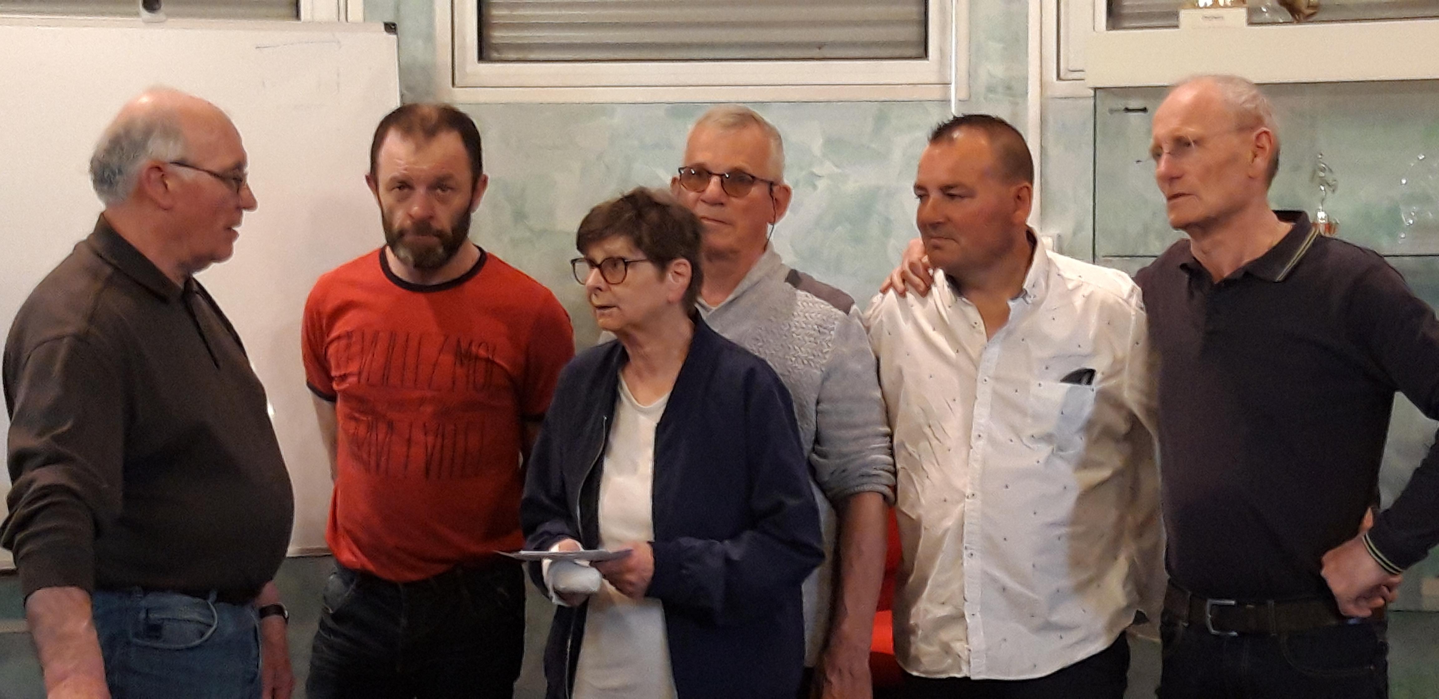 les membres du bureau remettant les chèques à Mme Hélène LEZIER